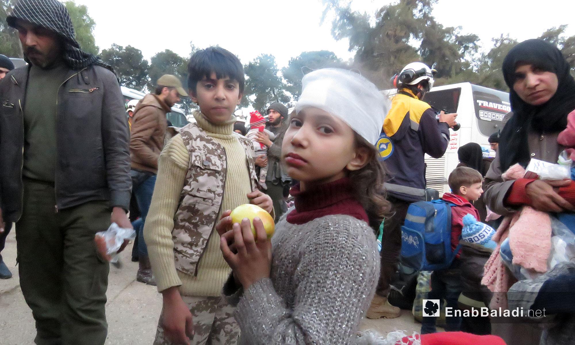 أطفال من أهالي حرستا لحظة وصولهم إلى قلعة المضيق بريف حماة الغربي - 23 آذار 2018 (عنب بلدي)