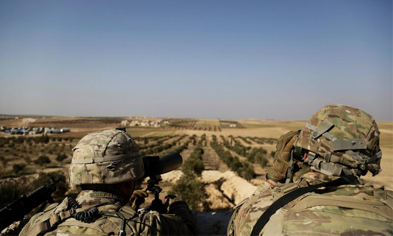 عنصرين من القوات الأمريكية ينظرون نحو الحدود التركية- 7 شباط 2018 (AP)