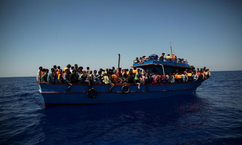 مهاجرون ينتظرون إنقاذهم في البحر المتوسط - 2 من آب 2017 (AFP)