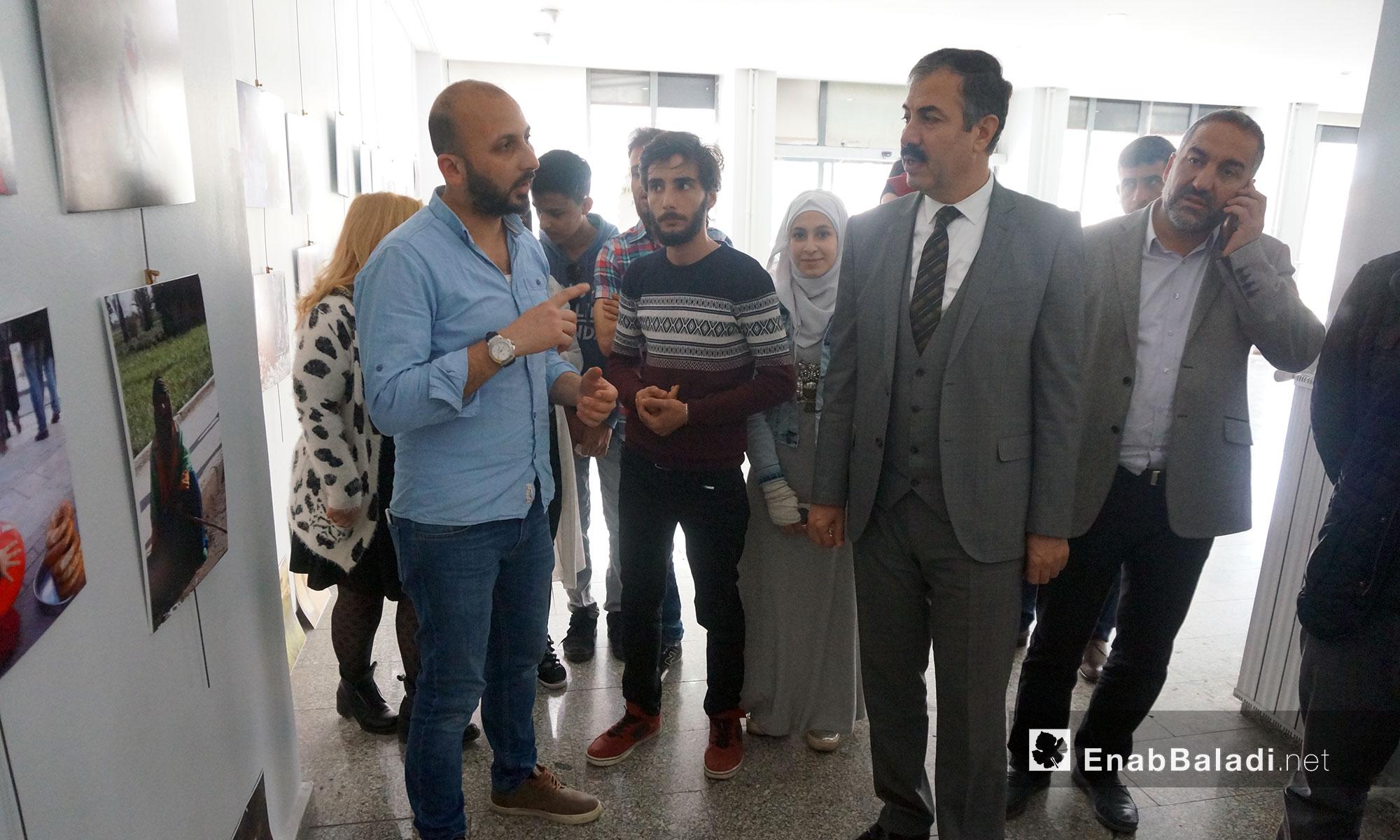 معرض فني بعدسة شباب سوريين يبرز جوانب حياة السوريين في مدينة أورفا التركية - آذار 2018 (عنب بلدي)