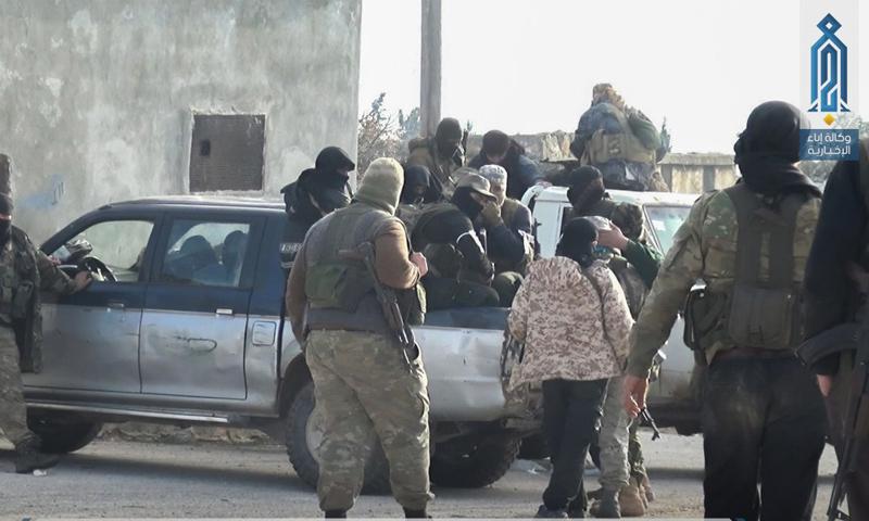 عناصر من هيئة تحرير الشام قبل الدخول إلى مدينة معرة مصرين في ريف إدلب - 2 آذار 2018 (إباء)
