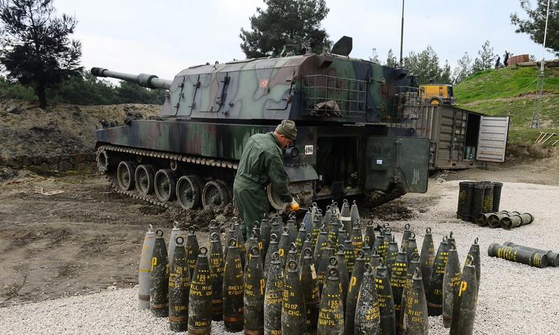 عنصر من الجيش التركي يجهز قذائف مدفعية ثقيلة في محيط منطقة عفرين - 3 آذار 2018 (TRT)