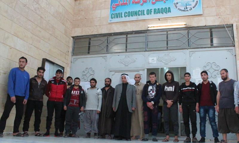 سجناء أفرجت عنهم قوات سوريا الديمقراطية في مدينة الرقة - 21 آذار 2018 (قسد)