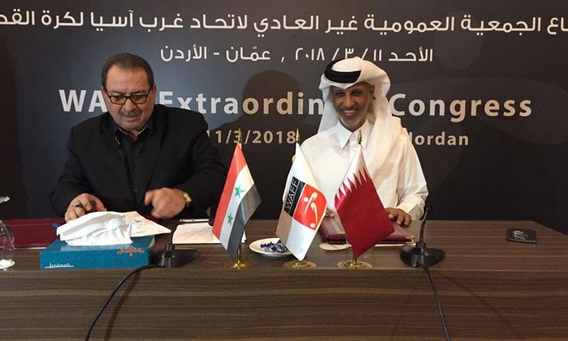رئيس اتحاد كرة القدم السوري صلاح رمضان يوقع اتفاقية مع نظيره القطري حمد بن خليفة بن أحمد آل ثاني (الاتحاد القطري تويتر)