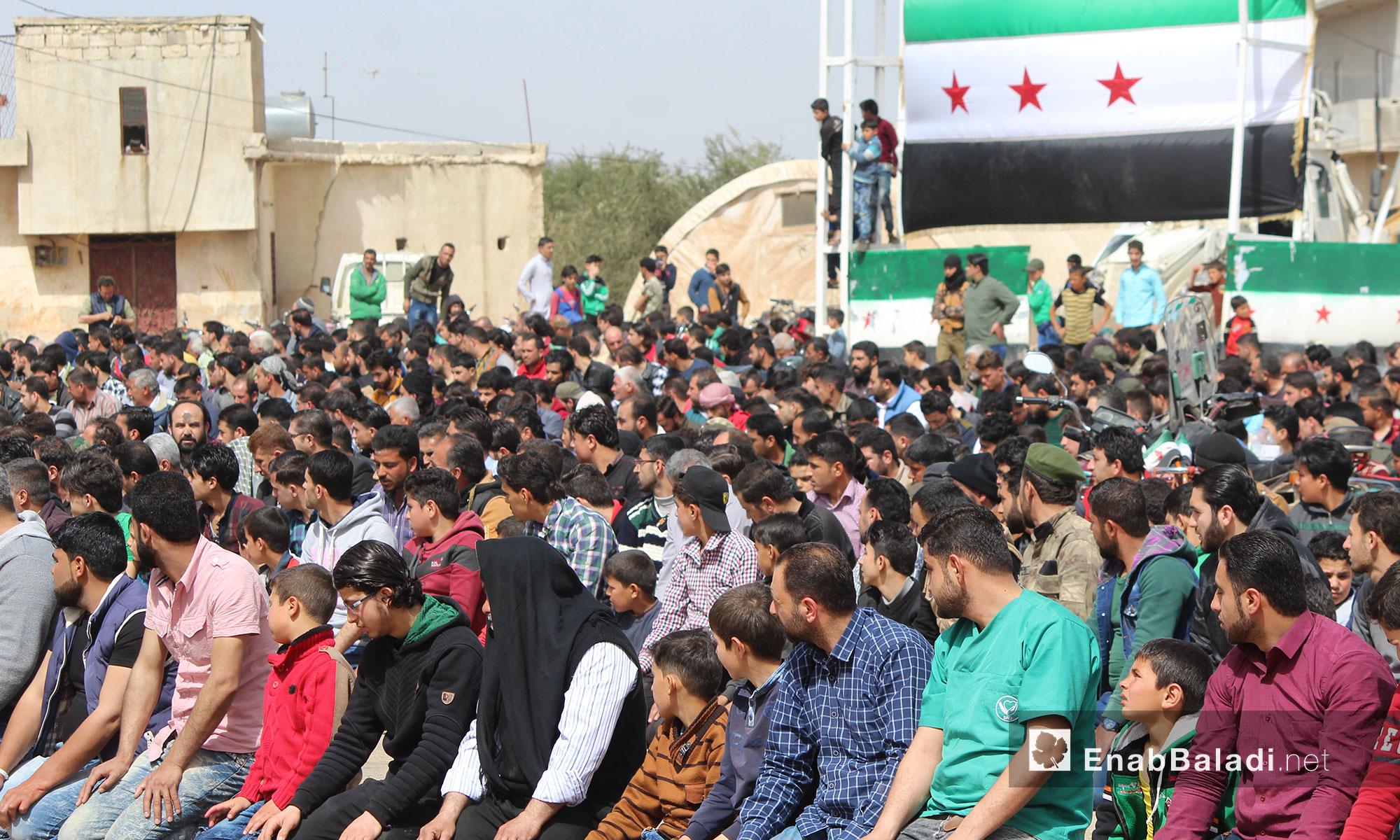 آلاف المدنيين يعتصمون على معبر باب السلامة شمالي حلب للتحرك نحو تل رفعت - 23 آذار 2018 (عنب بلدي)