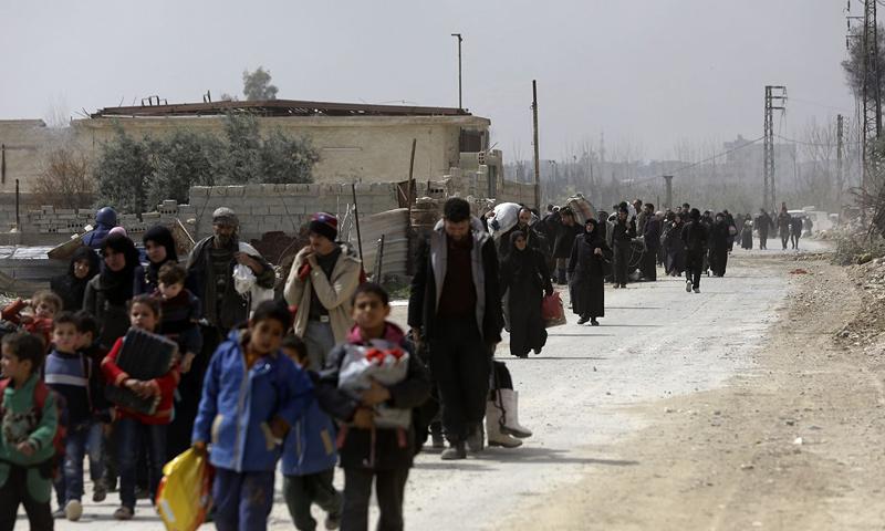 مدنيون يخرجون من الغوطة الشرقية إلى معبر عدرا - 15 آذار 2018 (AFP)