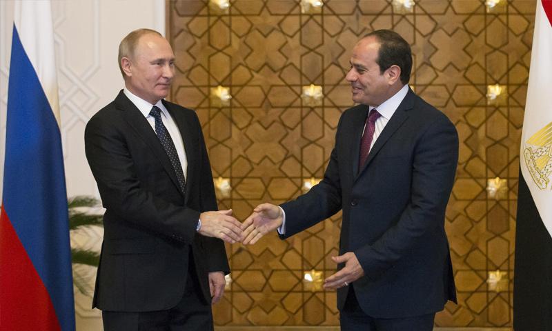 الرئيس المصري عبد الفتاح السيسي يصافح الرئيس الروسي فلاديمير بوتين (رويترز)