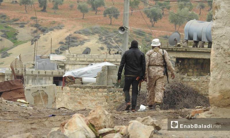 عنصران من الجيش الحر في قرية زيتونة بمحيط منطقة عفرين - 5 آذار 2018 (عنب بلدي)