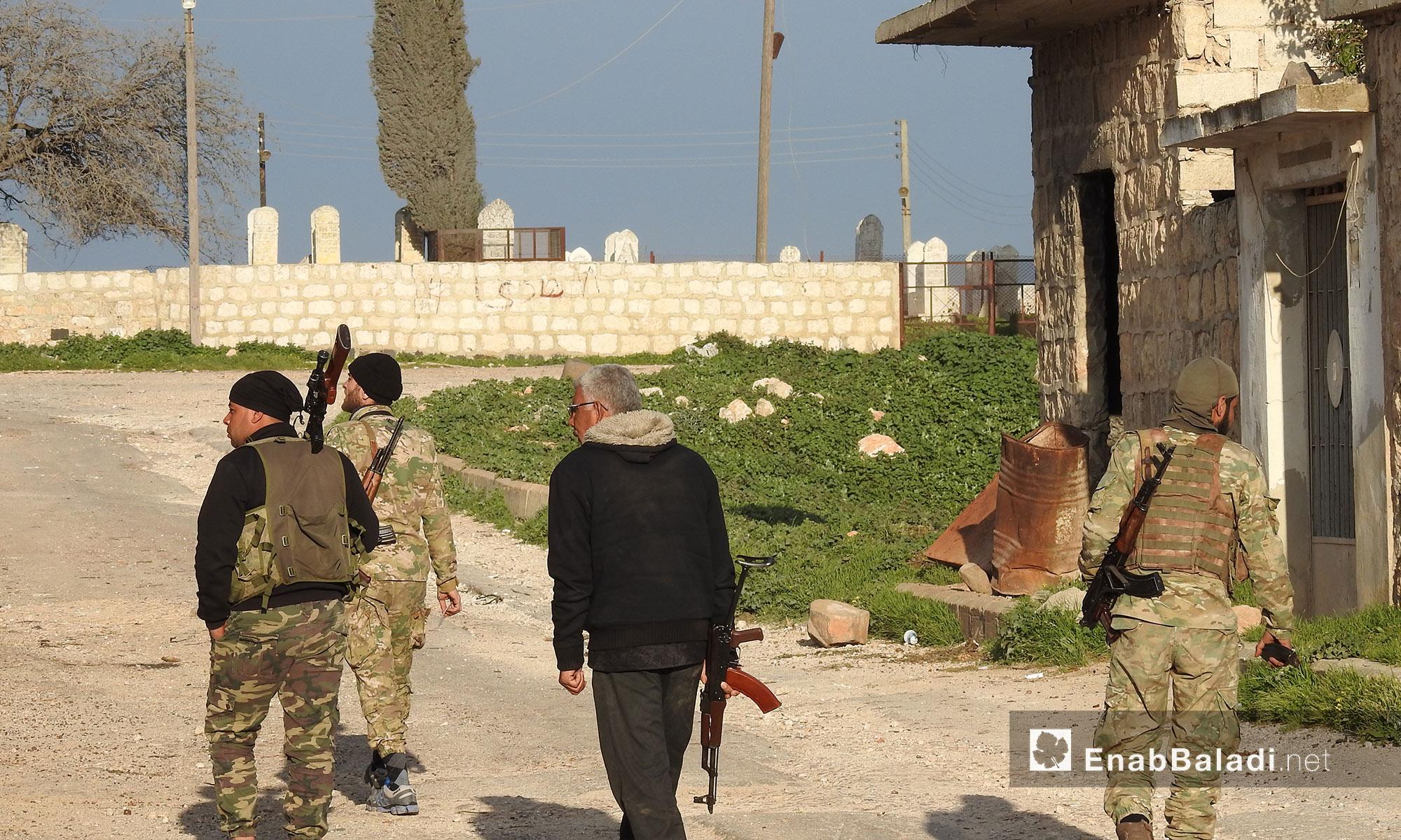 """عناصر من """"الجيش الحر"""" يتجولون بين قرى جلبل ومريمين وأناب في عفرين - 11 آذار 2018 (عنب بلدي)"""