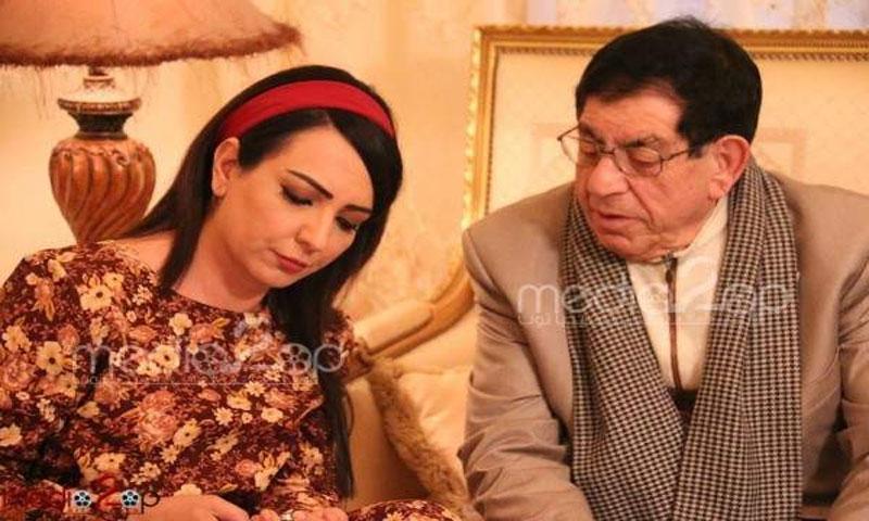 """أمل عرفة بصحبة والدها سهيل عرفة خلال تصوير مسلسل """"دنيا"""" (موقع الفن)"""