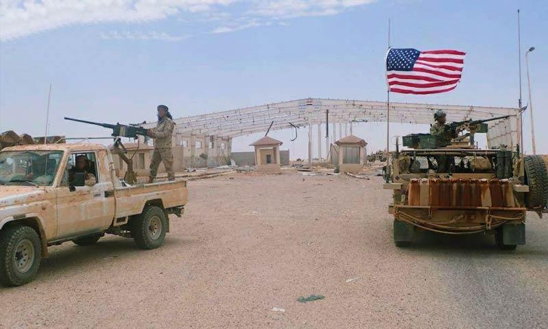 قوات أمريكية وعنصر للجيش الحر في سيارة عسكرية بالبادية السورية - 17 آذار 2018 (شبكة البادية 24 في فيس بوك)