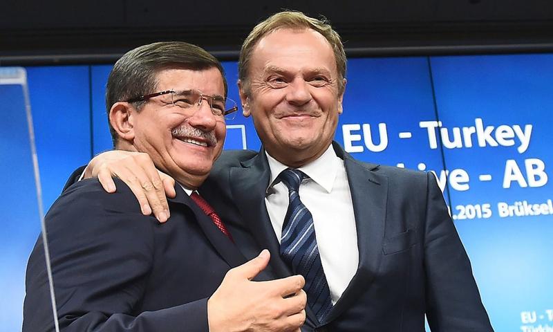 رئيس الوزراء التركي إلى جانب رئيس المجلس الأوروبي دونالد تاسك- تشرين الثاني 2015 (AFP)