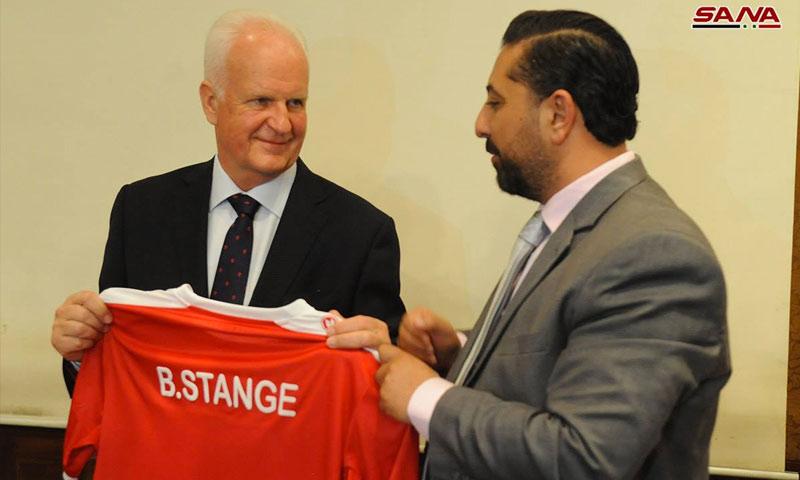 رئيس لجنة المنتخبات الوطنية فادي الدباس يهدي المدرب الألماني قميص المنتخب السوري - 18 آذار 2018 (سانا)