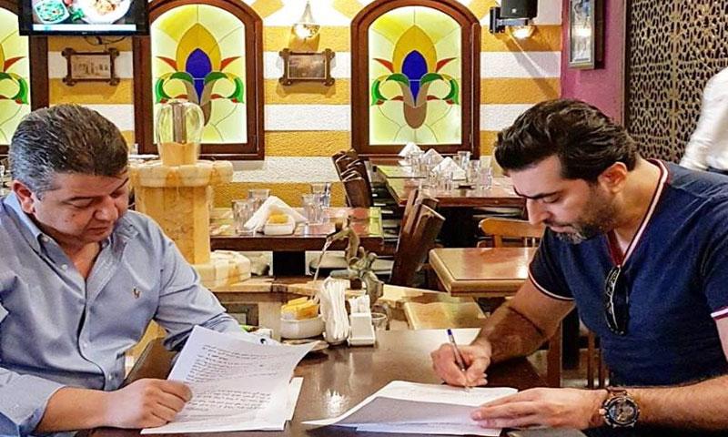 باسم ياخور خلال توقيع العقد (صفحته الشخصية في فيس بوك)