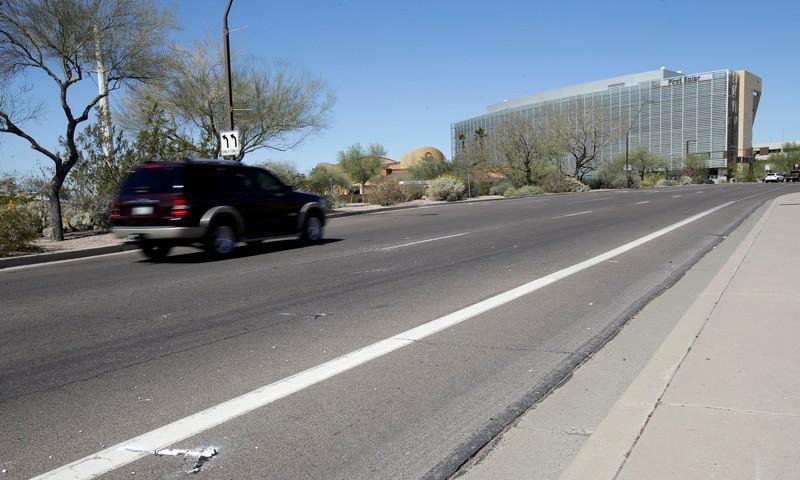 """الموقع الذي دهست فيه سيارة ذاتية القيادة تابعة لـ""""أوبرا"""" في ولاية أريزونا الأمريكية - 19 آذار 2018 (رويترز)"""