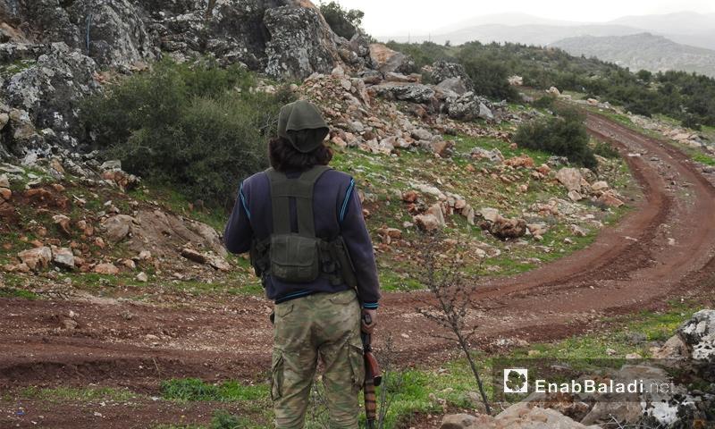 عنصر من الجيش الحر على قمة جبل الشيخ خروز في محيط عفرين - 5 آذار 2018 (عنب بلدي)