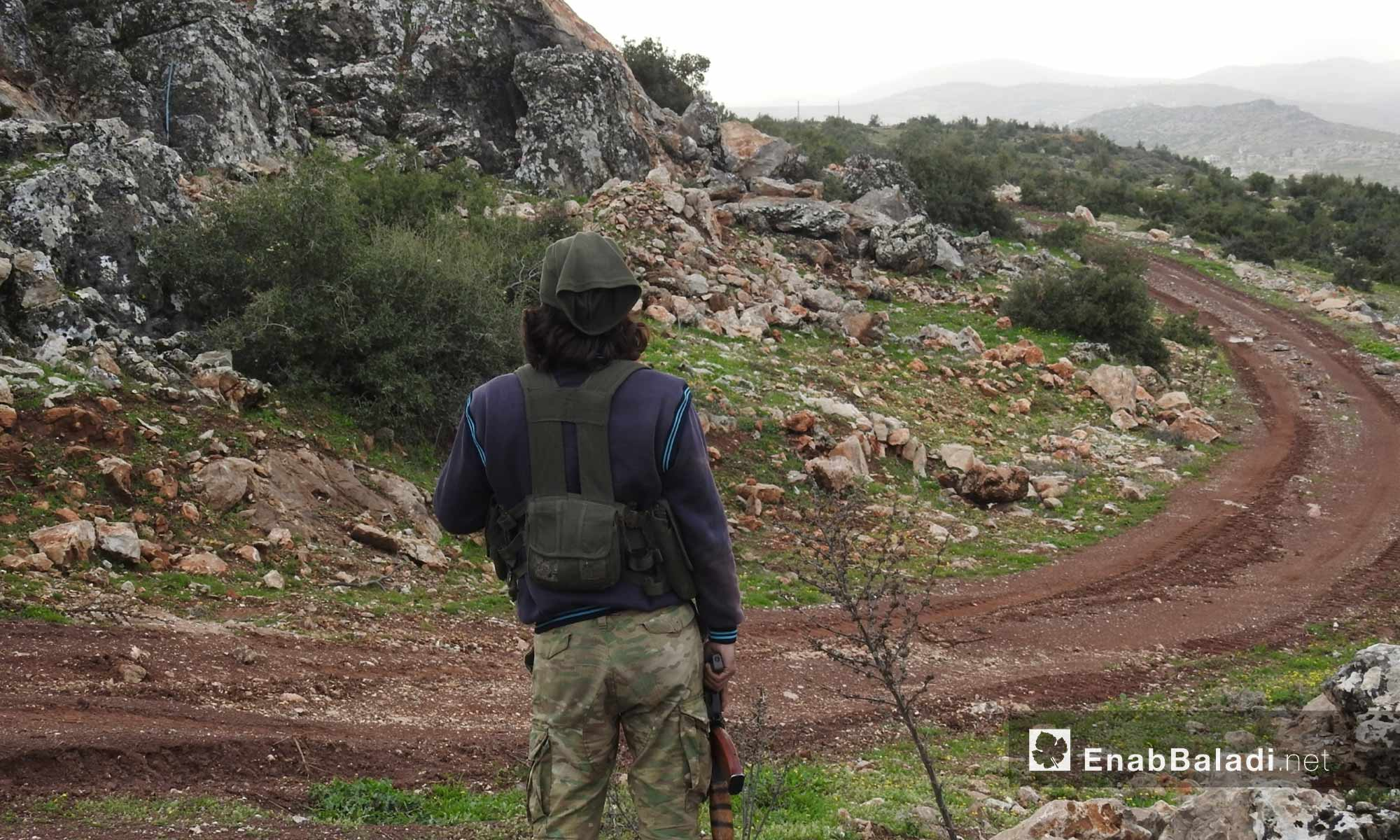 عنصر من الجيش الحر على قمة جبل الشيخ خروز في محيط منطقة عفرين شمالي حلب - 5 آذار 2018 (عنب بلدي)