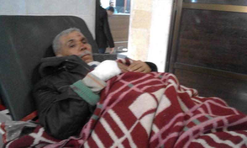 رجل كبير في السن أصيب بقصف جوي على جنديرس غربي عفرين - 5 آذار 2018 (مركز عفرين الإعلامي)