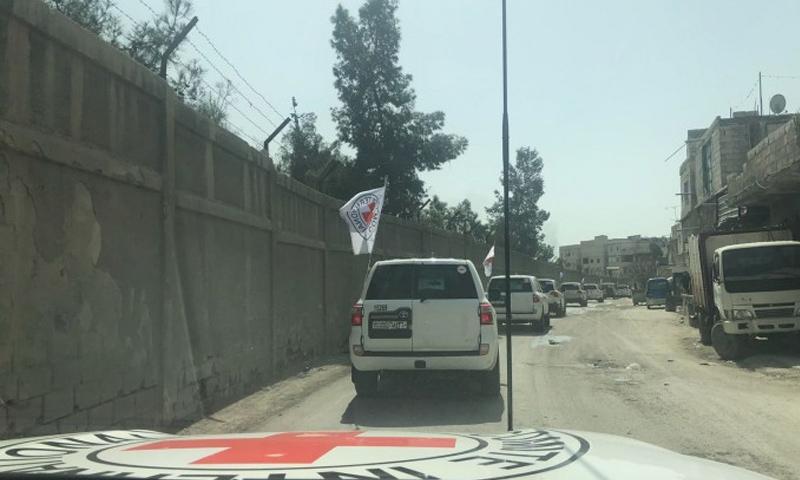 قافلة إنسانية تابعة للصليب الأحمر في الغوطة الشرقية- 5 آذار 2018 (الصليب الأحمر تويتر)
