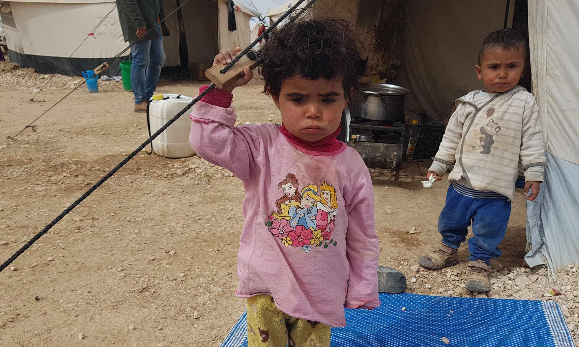 طفلان قرب خيمة في مخيم العريشة بريف الحسكة الجنوبي - 9 آذار 2018 (عنب بلدي)