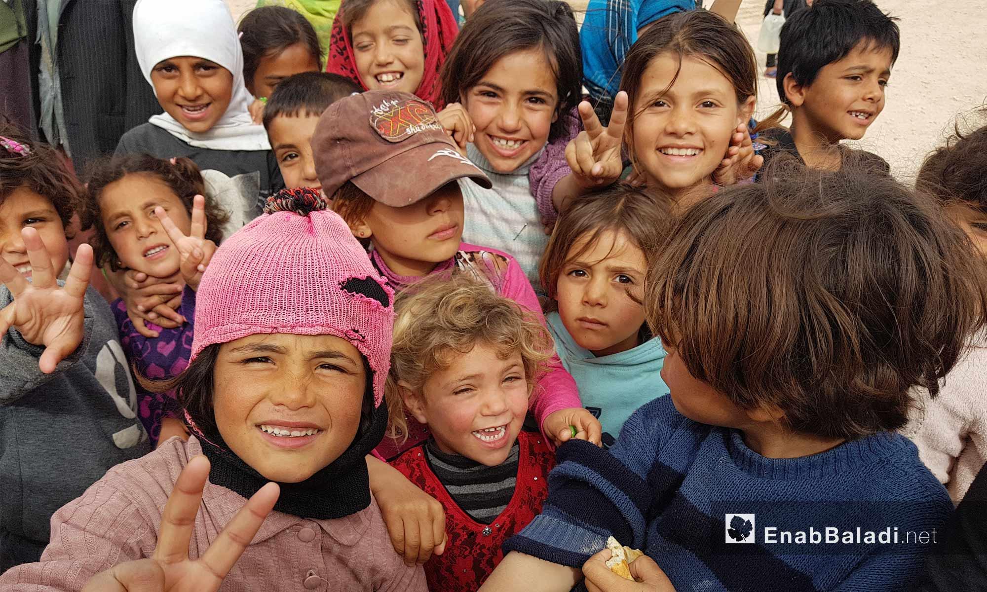 أطفال يرفعون إشارة النصر في مخيم العريشة بريف الحسكة الجنوبي- 9 آذار 2018 (عنب بلدي)