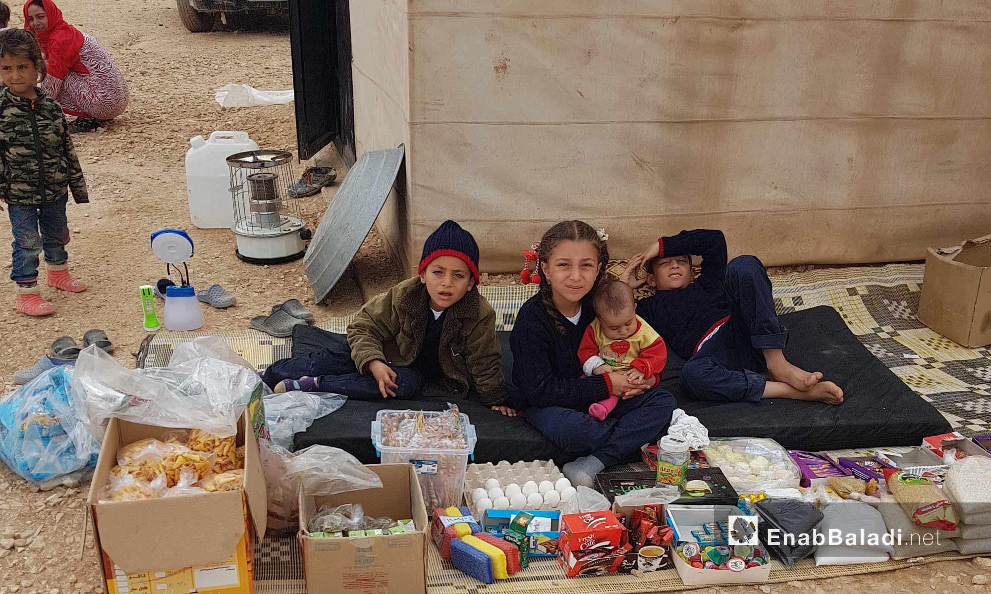 أطفال يعملون ببيع المواد الغذائية والبسكويت في مخيم العريشة بريف الحسكة الجنوبي - 9 آذار 2018 (عنب بلدي)