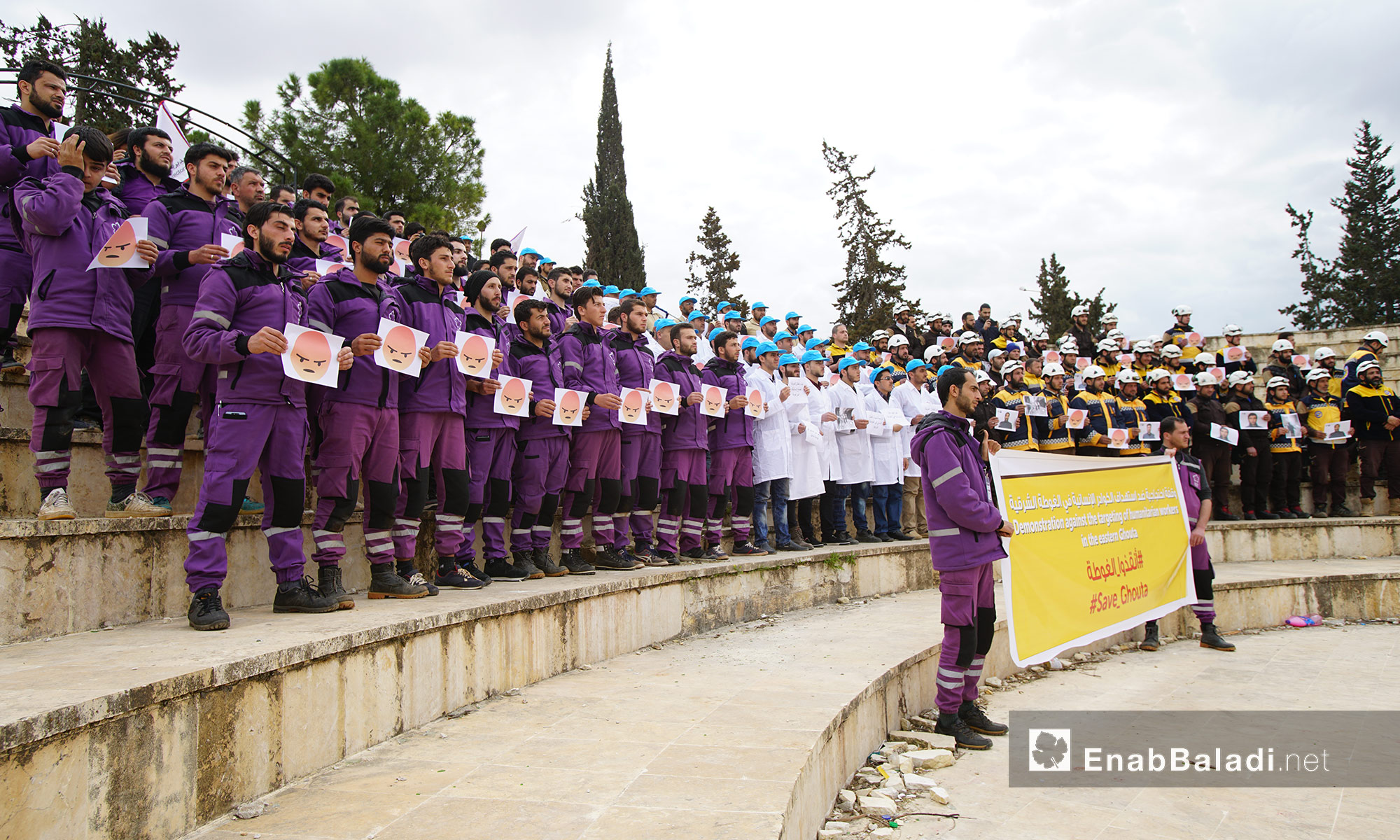 وقفة احتجاجية لمنظمة بنفسج ومديرية الصحة والدفاع المدني في إدلب تضامنًا مع الغوطة - 10 آذار 2018 (عنب بلدي)