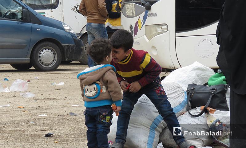 طفلان يلعبان بعد وصولهما من عربين إلى قلعة المضيق غربي حماة - 25 آذار 2018 (عنب بلدي)
