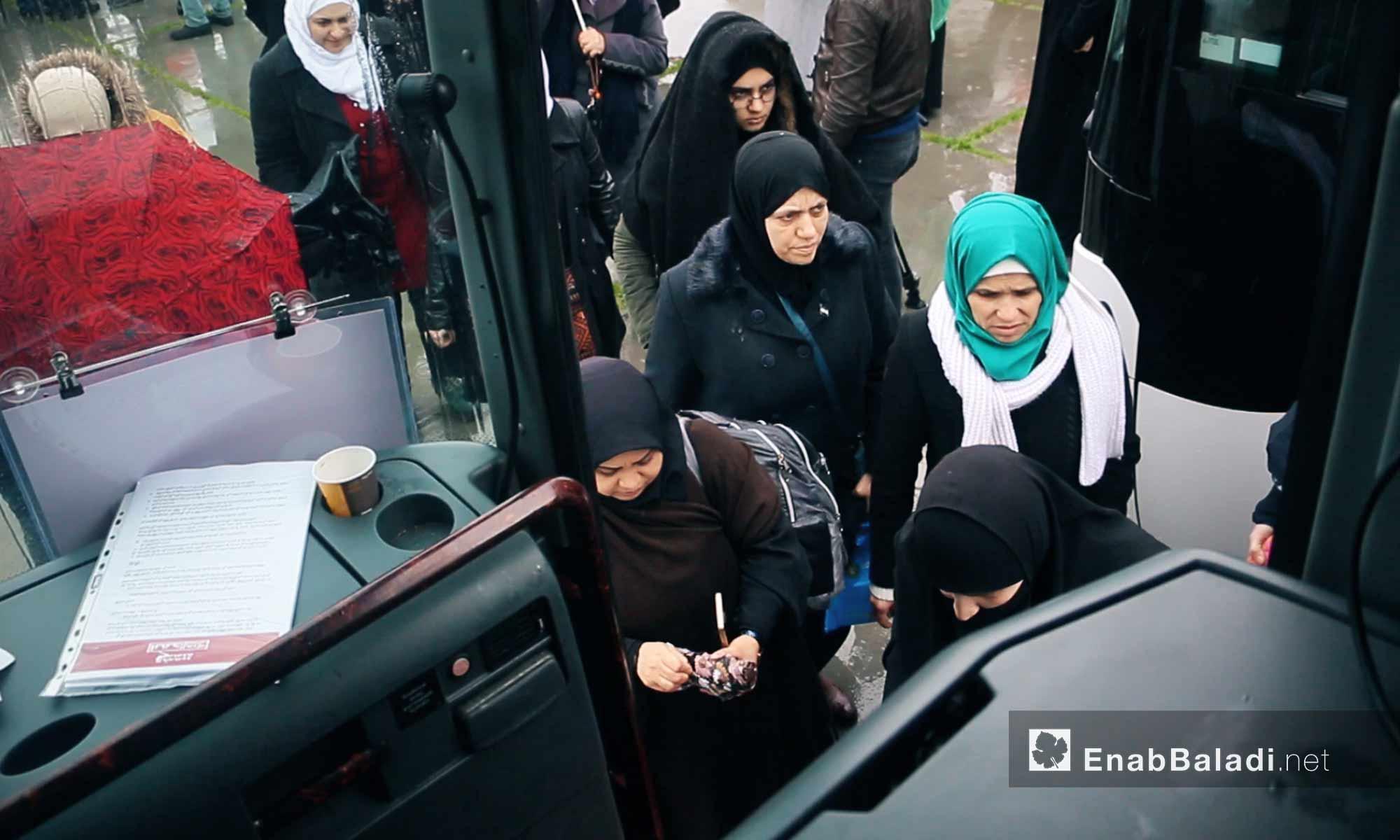 """مشاركات في حافلة تجهيزًا لانطلاق قافلة """"َالضمير"""" لدعم المعتقلات السوريات في اسطنبول - 6 آذار 2018 (عنب بلدي)"""