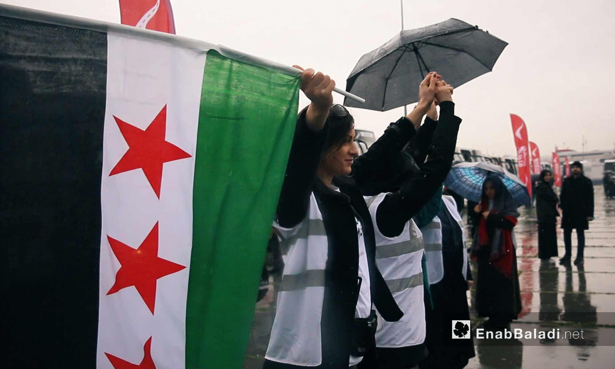 """مشاركات يرفعن علم الثورة السورية مع انطلاق قافلة """"َالضمير"""" لدعم المعتقلات السوريات في اسطنبول - 6 آذار 2018 (عنب بلدي)"""