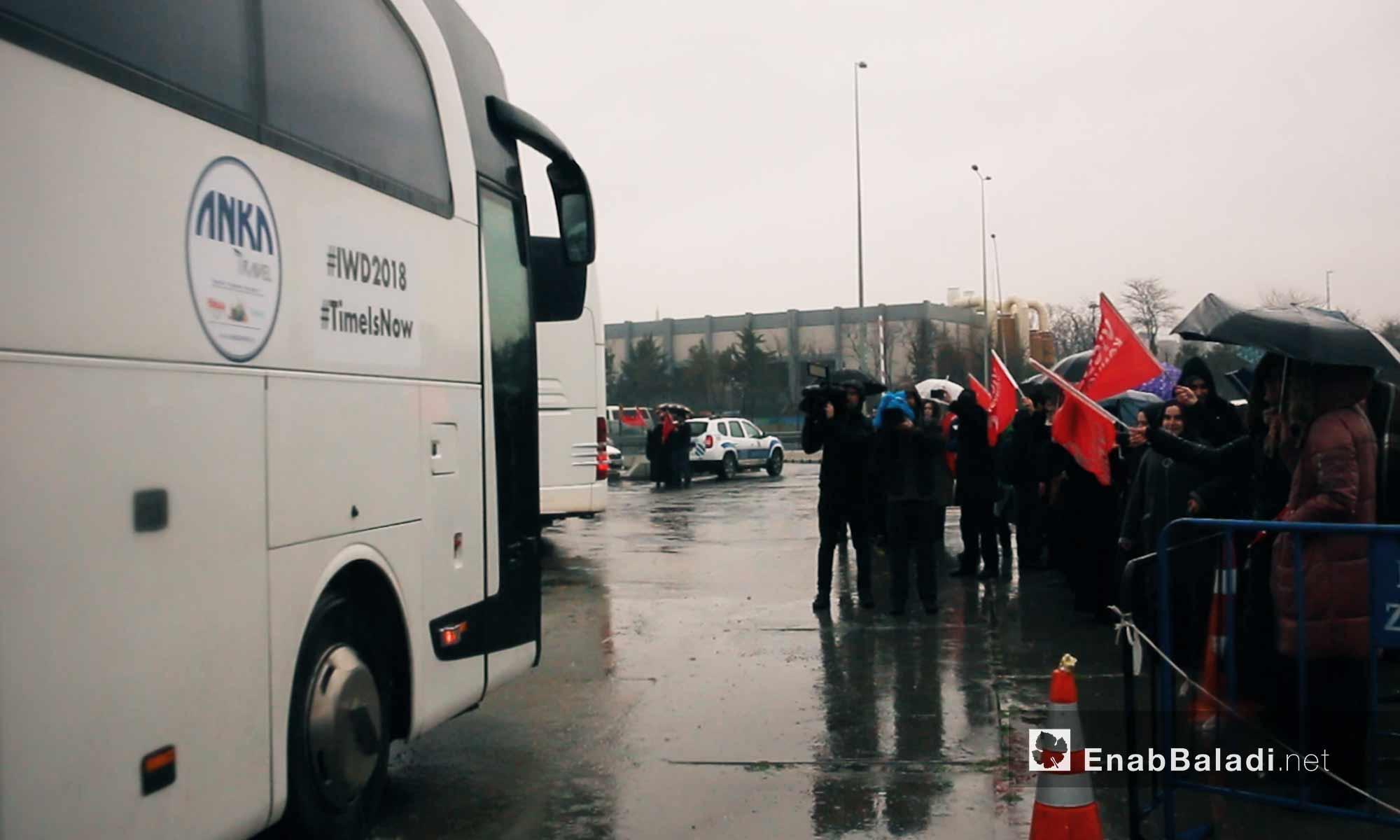 """نساء يتجهزن للصعود إلى حافلة للمشاركة في قافلة """"َالضمير"""" لدعم المعتقلات السوريات في اسطنبول - 6 آذار 2018 (عنب بلدي)"""