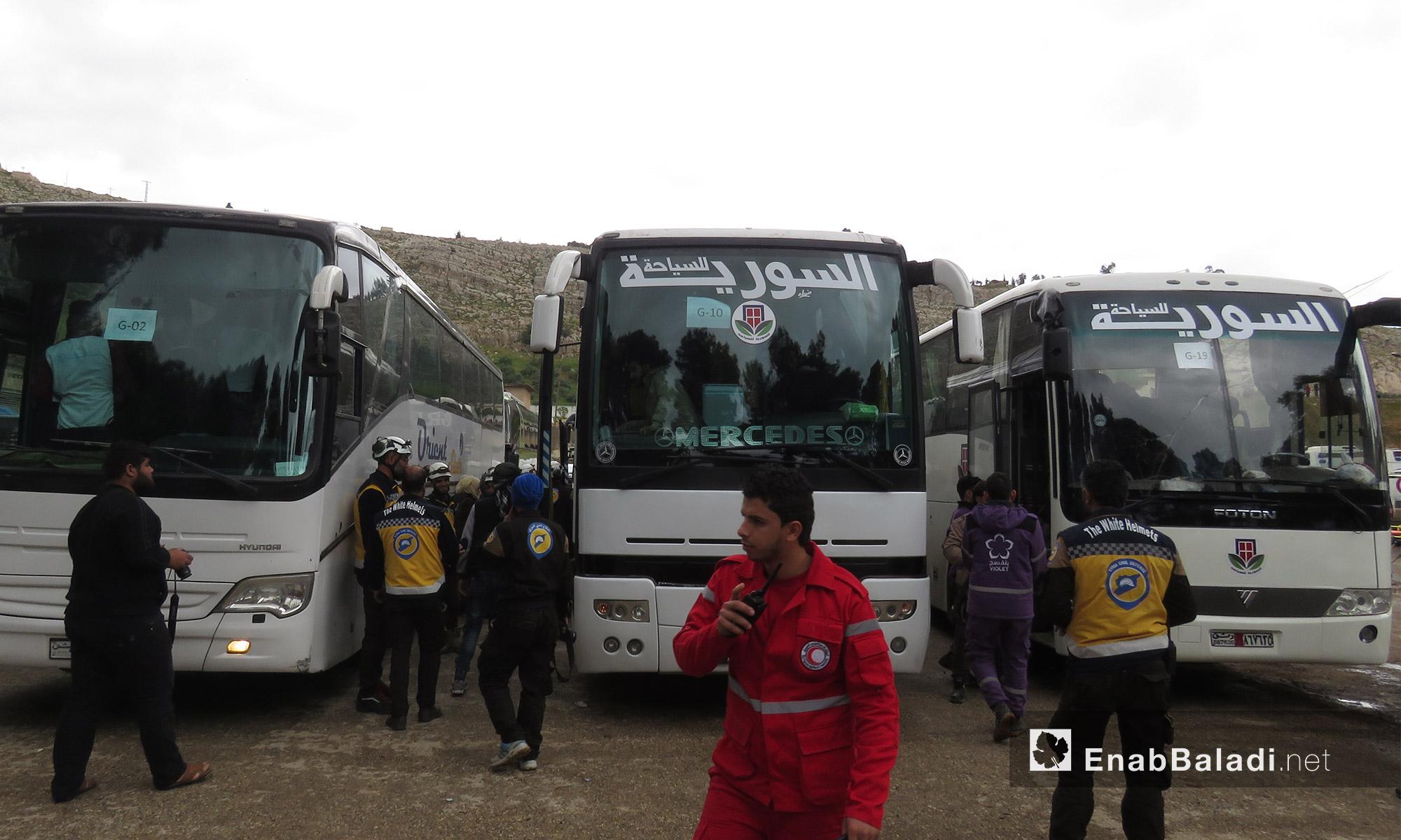 حافلات وصلت من عربين إلى قلعة المضيق غربي حماة - 25 آذار 2018 (عنب بلدي)