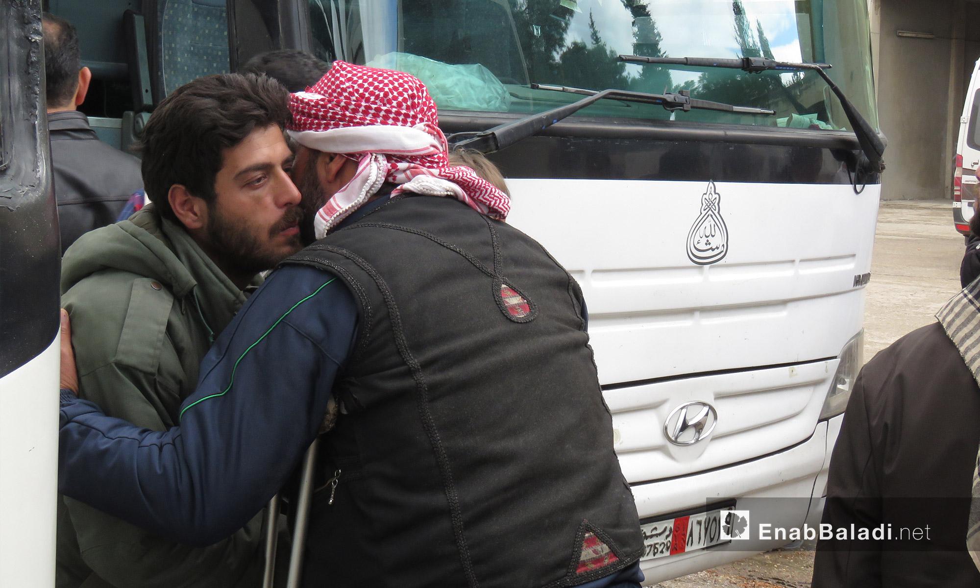 لقاء مهجر من عربين بأحد أهالي قلعة المضيق في ريف حماة الغربي - 25 آذار 2018 (عنب بلدي)