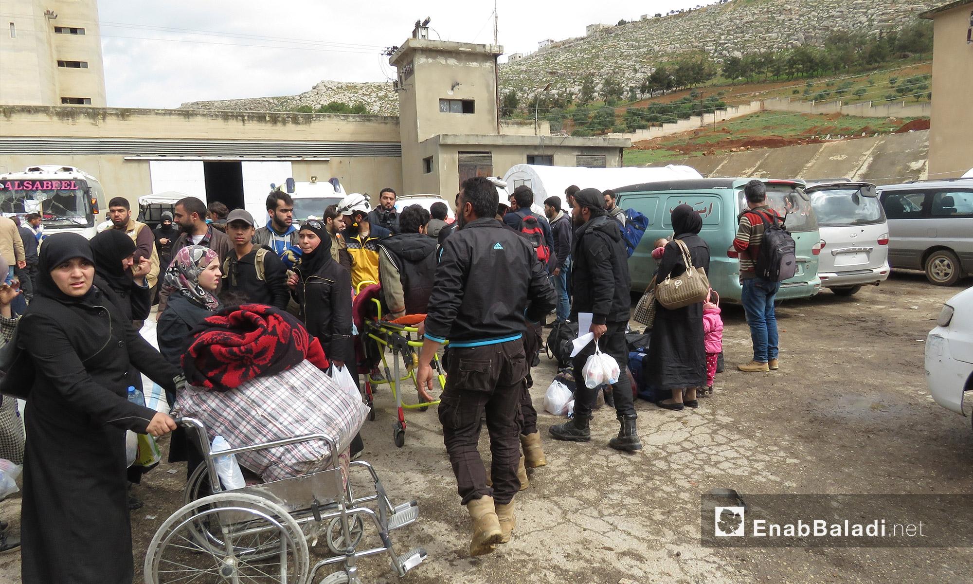 مهجرون وصلوا من عربين إلى قلعة المضيق غربي حماة - 25 آذار 2018 (عنب بلدي)