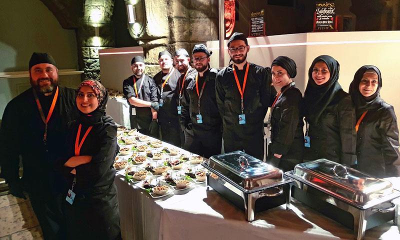 """فريق الطبخ في مطعم """"مزة"""" بالبرتغال (AFP)"""