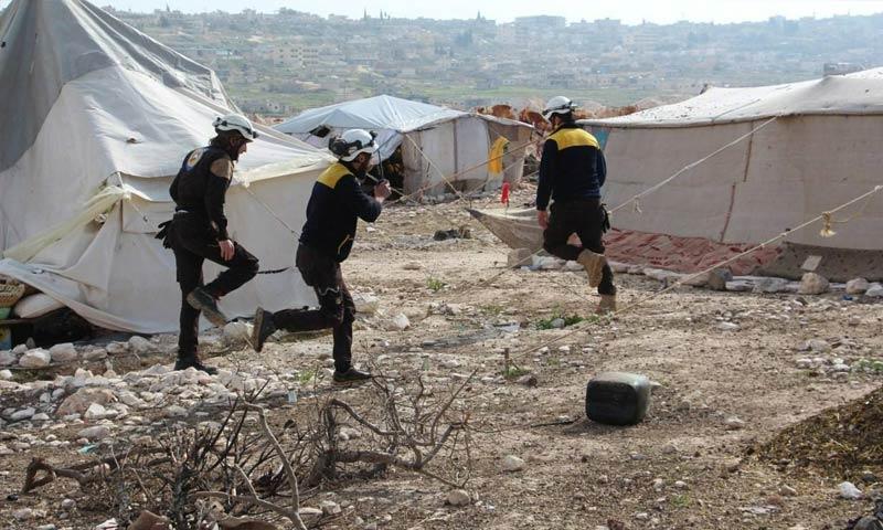 عناصر من الدفاع المدني في مخيم حاس جنوبي إدلب - 20 آذار 2018 (الدفاع المدني في إدلب)