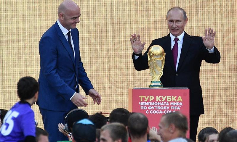 الرئيس الروسي فلاديمير بوتين وجياني إنفانتينو (سبوتنيك)