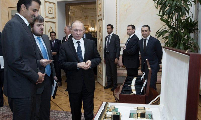 هدية بوتين إلى أمير قطر مجسم للكعبة (شبكة مرسال قطر تويتر)