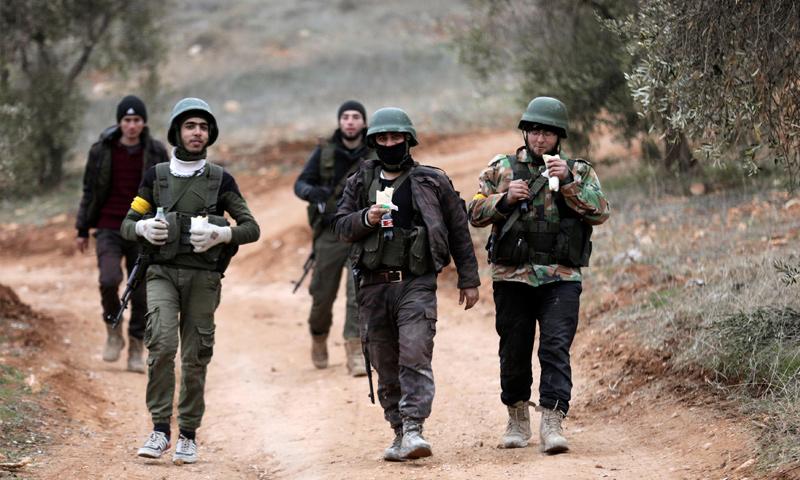 عناصر من الجيش الحر على قمة جبل برصايا شمالي عفرين - 22 كانون الثاني 2018 (رويترز)