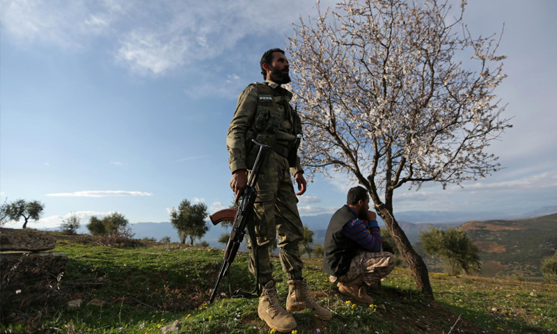 عنصر من الجيش الحر يقف على مشارف مركز عفرين - آذار 2018 (خليل الشاوي- رويترز)