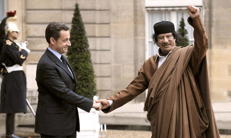 الرئيس الفرنسي الأسبق نيكولا ساركوزي ونظيره الليبي الراحل معمر القذافي - كانون الأول 2007 (AFP)
