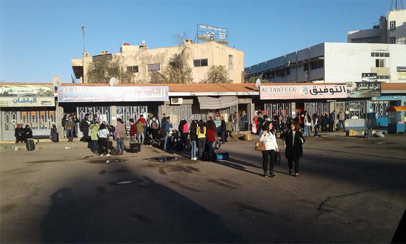 مكان انتظار حافلات البولمان المتجهة إلى الشام- 25 آذار، 2018 (كلنا مسؤول- أبناء السويداء فيس بوك)