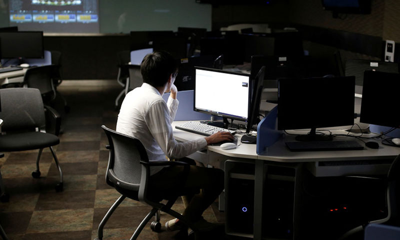 تسعى الحكومة من خلال هذه المبادرة لخفض ساعات العمل الأسبوعية (رويترز)