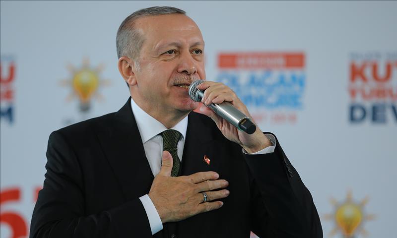 """الرئيس التركي رجب طيب أردوغان خلال خطاب في اجتماع حزب """"العدالة والتنمية"""" من ولاية غريسون، شمالي تركيا- 25 آذار 2018 (الأناضول)"""