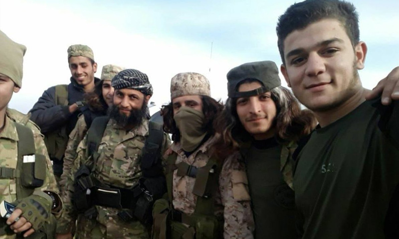 الشرعي أبو اليقظان المصري مع مقاتلين من تحرير الشام خلال اقتتال إدلب - شباط 2018 (فيس بوك)