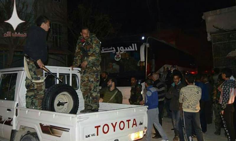 عناصر هيئة تحرير الشام أثناء خروجهم من معبر الوافدين في الغوطة الشرقية - 9 آذار 2018 (دمشق الآن)