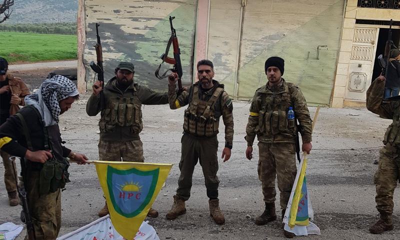عناصر من الجيش الحر داخل بلدة راجو غربي عفرين - 3 آذار 2018 (فيس بوك)