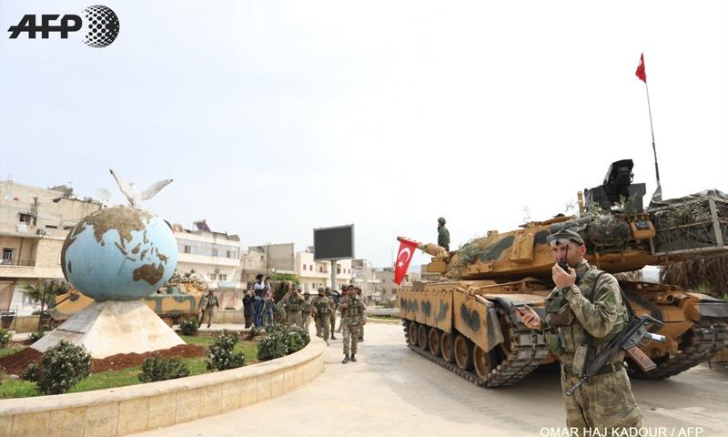 عناصر من الجيش التركي وسط مدينة عفرين بعد السيطرة الكاملة عليها - 18 آذار 2018 (عمر حاج قدور - AFP)