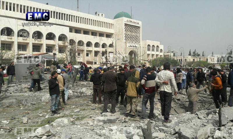 آثار الدمار الذي أحدثه انفجار سيارة مفخخة وسط إدلب - 24 آذار 2018 (مركز إدلب الإعلامي)