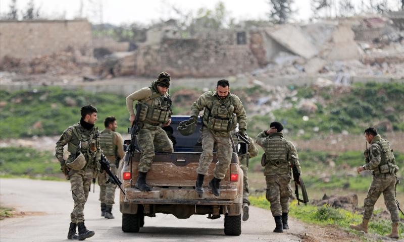 عناصر من الجيش السوري الحر في قرية مريمين في محيط عفرين - 11 آذار 2018 (خليل الشاوي- رويترز)